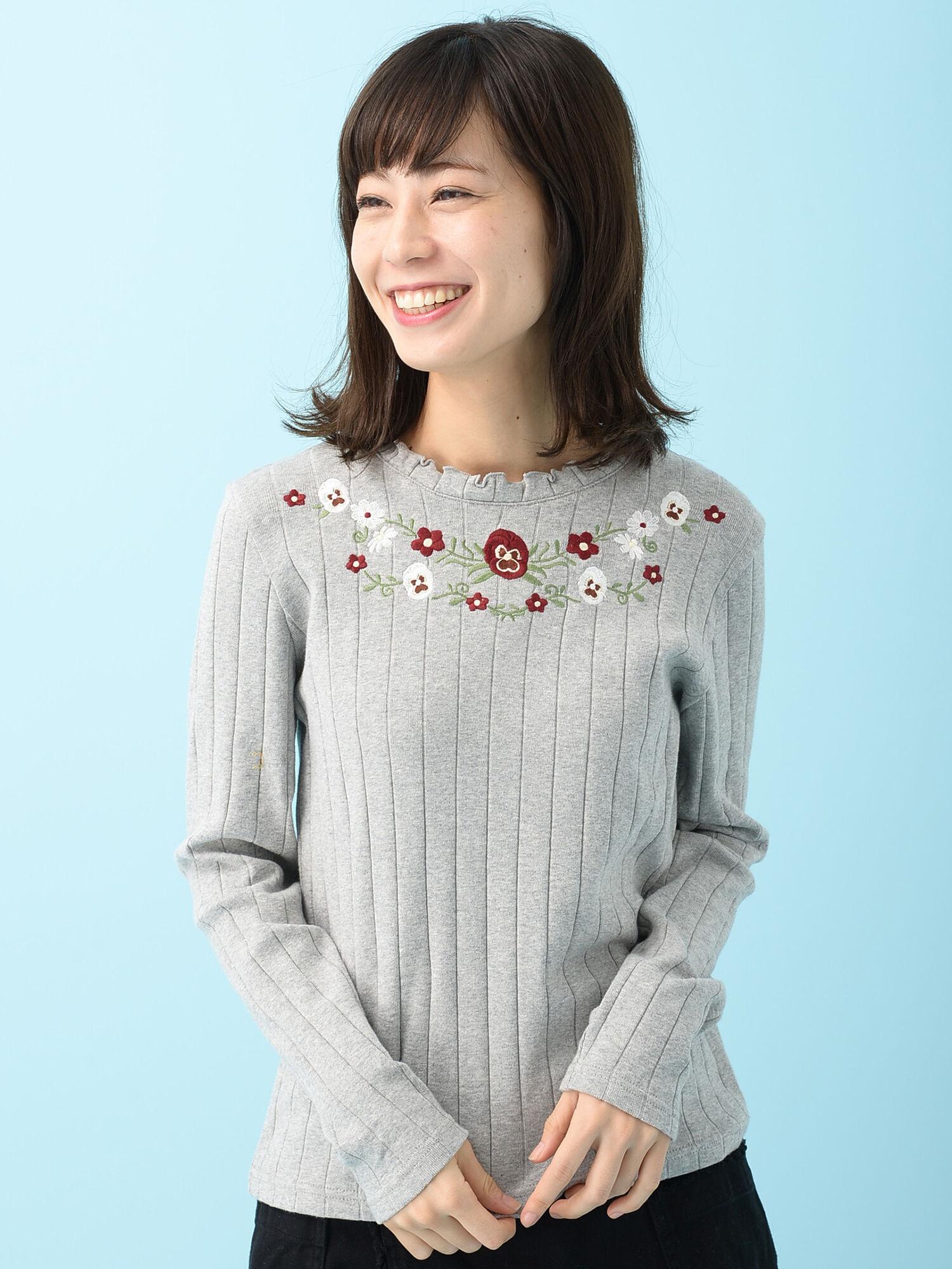 RAYCASSINFAVORI・RAYフリルネック花刺繍ロンT